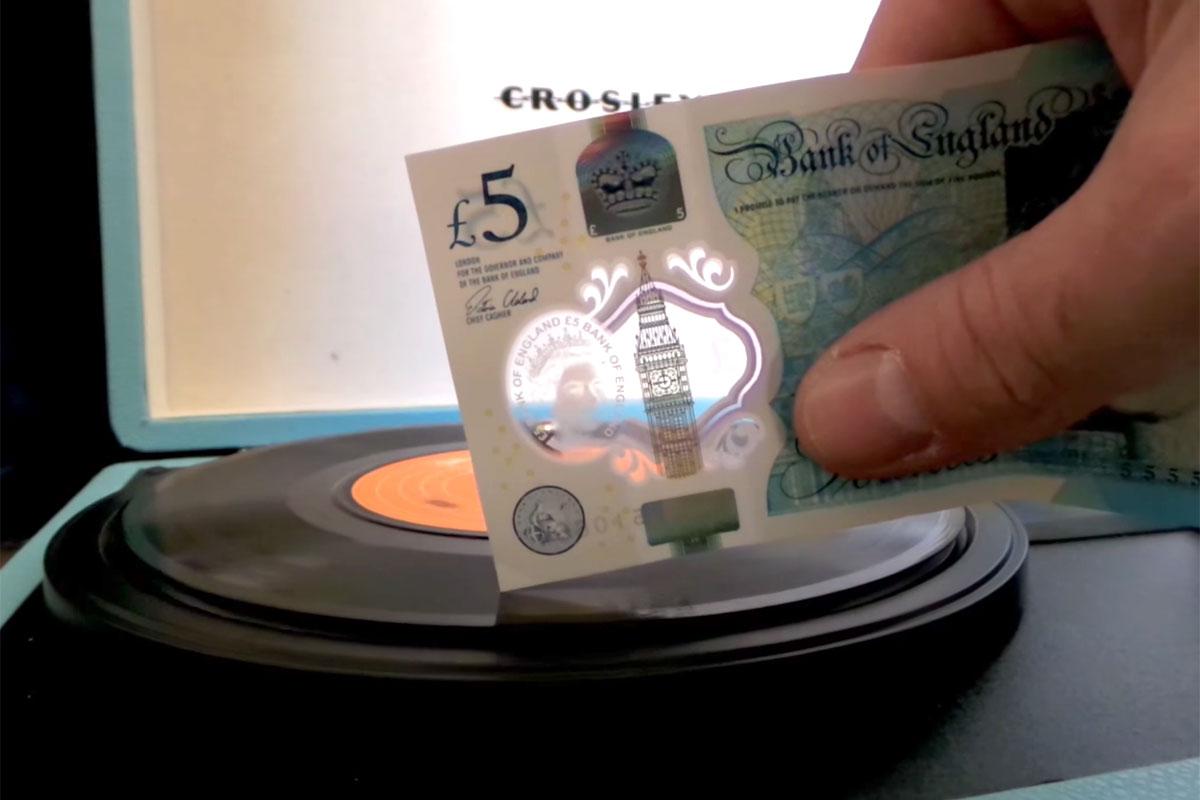 5-фунтовые банкноты теперь могут воспроизводить звук с виниловых пластинок